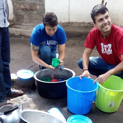Volunteers Washing dishes