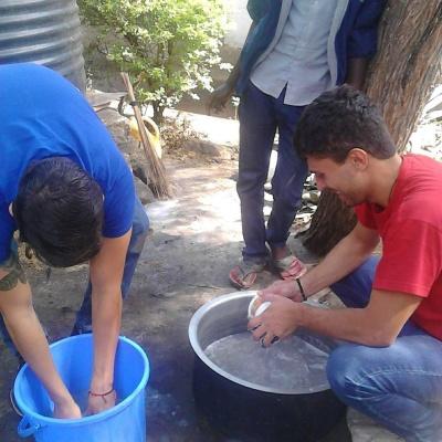 Volunteers Washing dishes2